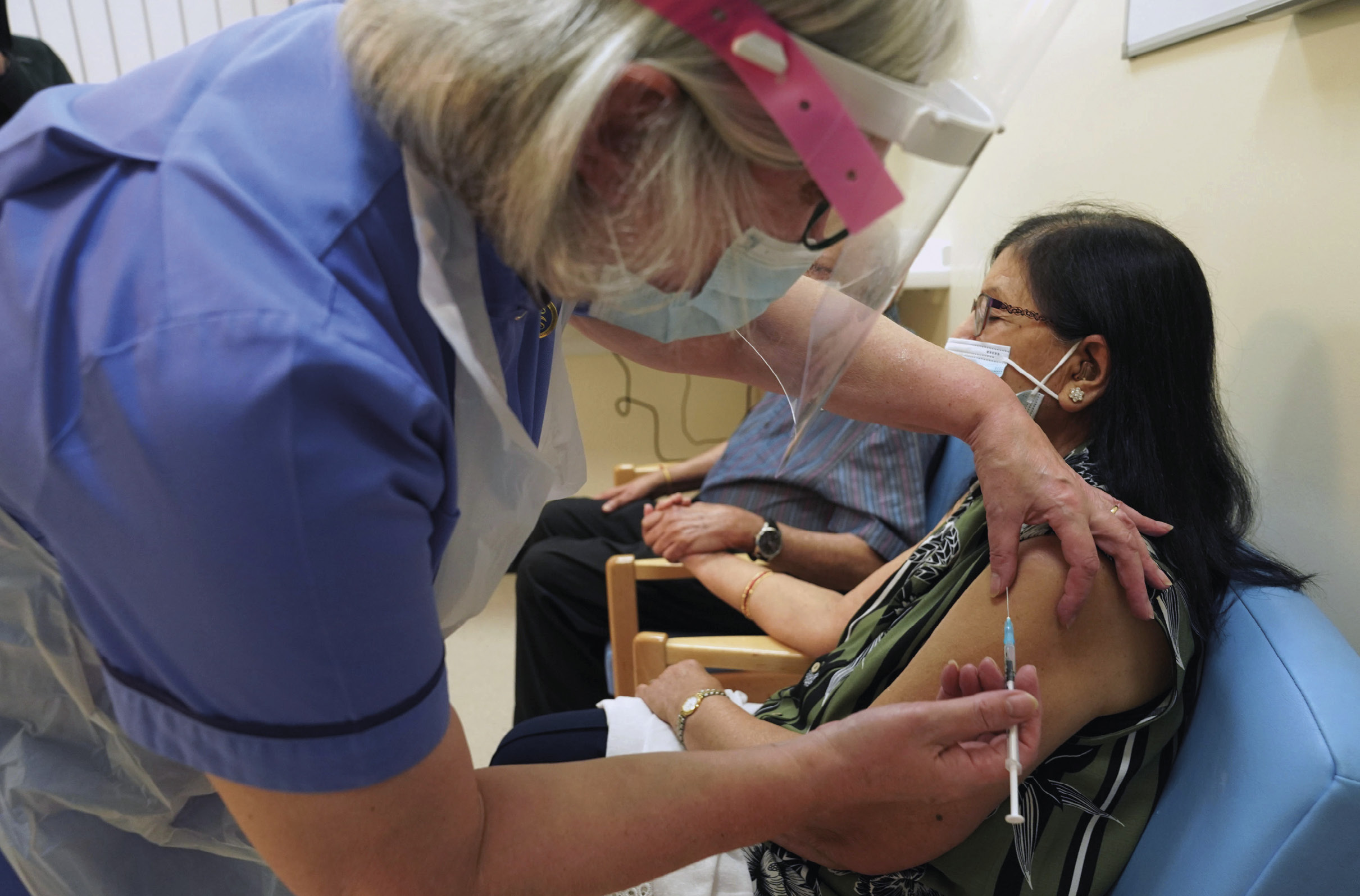 Vacinação contra o SARS-CoV-2. Foto EPA/Owen Humphreys.