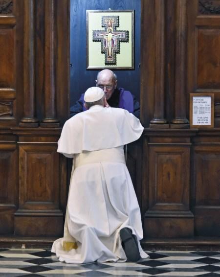 """Papa Francisco na """"fonte da confissão"""", Basílica de S. Pedro, Roma. Foto SIR 2016."""