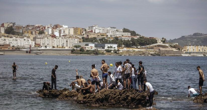 Mais de 5000 migrantes chegaram a nado cruzando a fronteira de Tarajal, em Ceuta, 17 de maio de 2021. Foto EPA/ Brais Lorenzo.