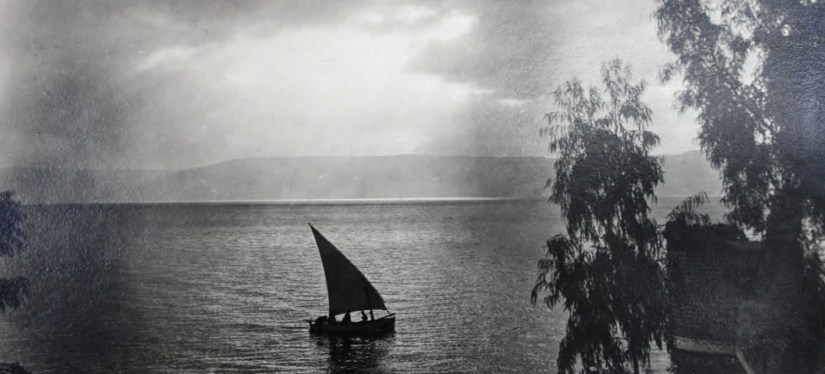 Mar da Galileia, Foto Fadil Saba, 2012, Wikimedia Commons.