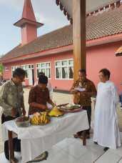 Pemotongan tumpeng oleh Bpk. Paimo selaku kepala desa Sidodadi