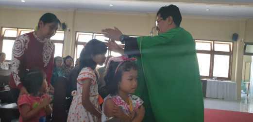 Rm. Antonius Budi Wihandono, Pr, memberikan berkat kepada anak-anak