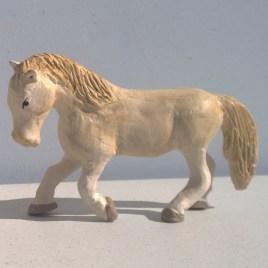Le cheval blanc debout