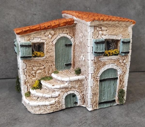 Maison avec escalier bleu santons de provence