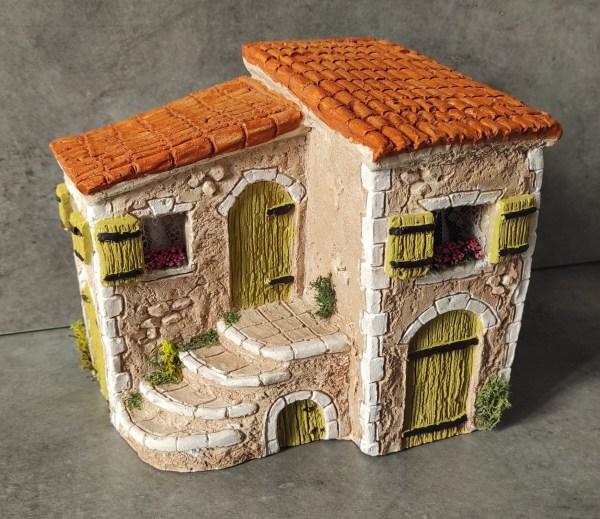 Maison avec escalier jaune santons de provence