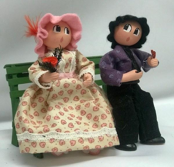 Couple Saint-Valentin rose sur banc