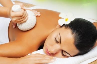Die Kräuterstempelmassage ist eine Wellnessmassage, bei der erhitzte Kräuterstempel zur Meditation, Durchblutungsförderung und zum Lösen von Verspannungen benutzt werden...