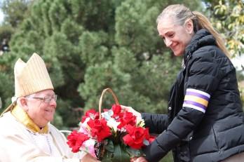 Excmo. y Rvmo. Sr. D. Francesc Pardo Artigas, Obispo de Girona recibe ofrenda de un Josefino