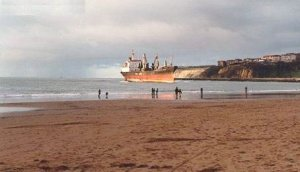 Barco encallado en la playa de Ereaga (Getxo)