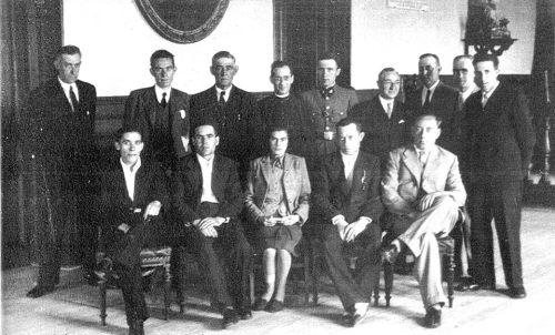 Corporación municipal en 1940. Alcalde José Mª Larrea Garay, Bonifacio Alcalde Echaniz (sacerdote). 1940 aprox.