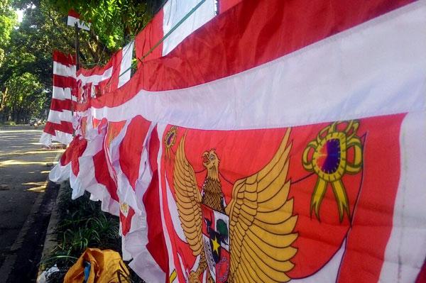 Deretan penjual merah putih musiman di Jalan Pajajaran