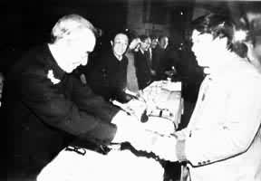 Лю Синьу получает Литературную премию Мао Дуня, 1985 год
