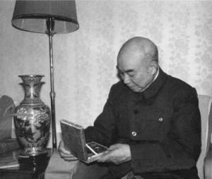Сяо Кэ любуется памятной медалью литературной премии Мао Дуня
