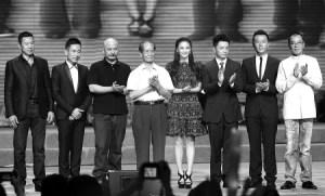Ван Цюаньань и Чжан Фэнъи в окружении актерской труппы