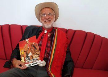 César Palma mostra orgulhoso a foto do pai Tio Cride