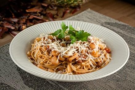 Espaguete caseiro ao molho serrano