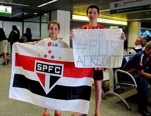 Torcida de Brasília foi ao aeroporto recepcionar o São Paulo (Foto: Carlos Augusto Ferrari)