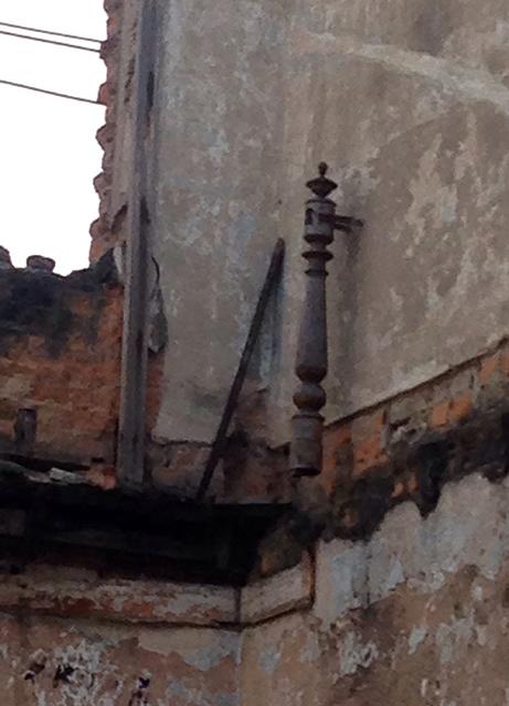 Detalhe do pouco que sobrou do andar superior (Foto: Renato Bettini)