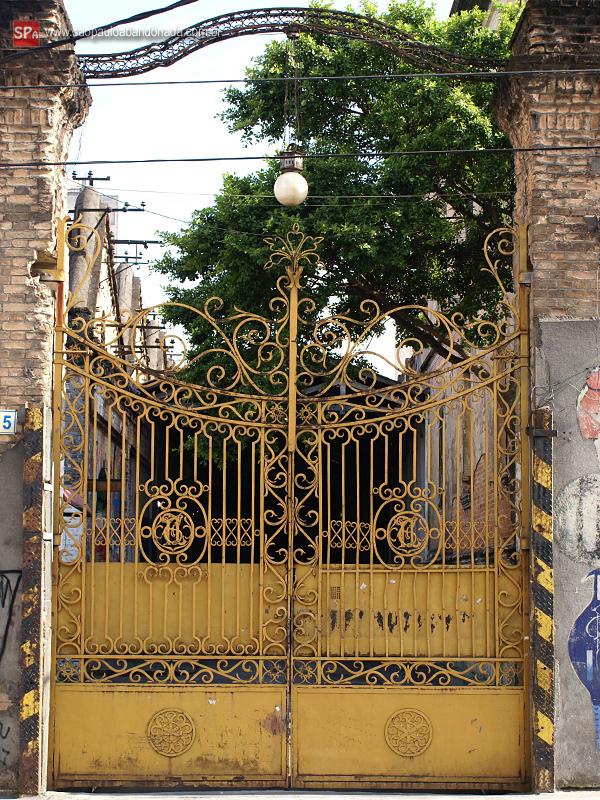 Na imagem, o lindo portão lateral.