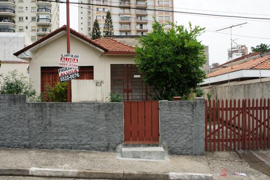 Uma das poucas casas antigas a resistir na via (clique para ampliar).
