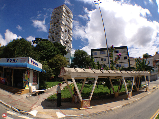 Duas épocas: O antigo abrigo e o moderno Edifício 360 graus ao fundo.