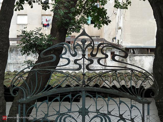Na imagem, detalhe do belo portão (clique na foto para ampliar).