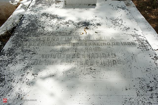 Túmulo de Serafim de Oliveira (clique na foto para ampliar).