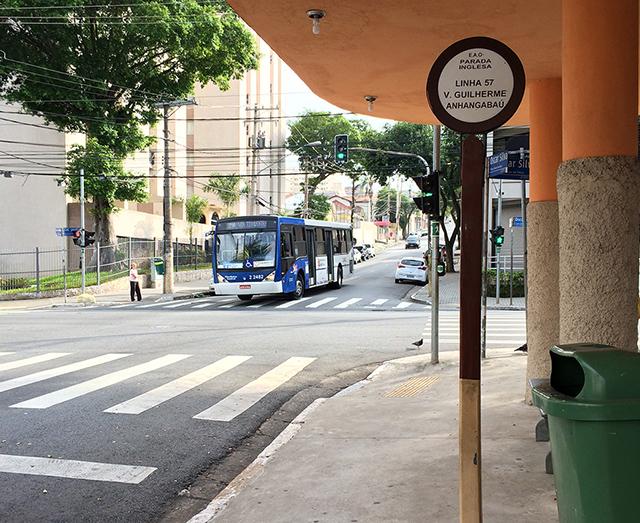 O ponto de ônibus antigo. Ao fundo, um ônibus moderno (clique para ampliar).