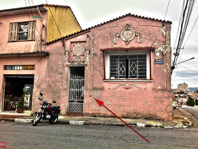 Na foto, a seta vermelha indica o local do marco.