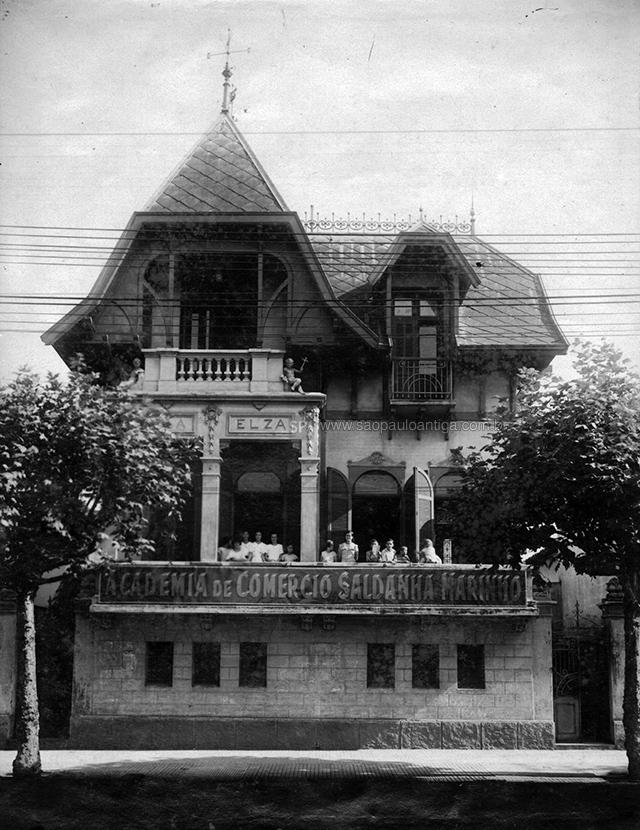 Fachada da escola na década de 30.