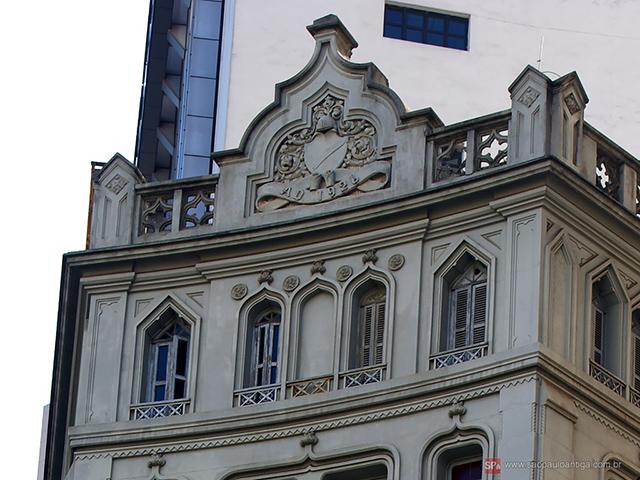 Na fachada está 1926, ano de início das obras (clique para ampliar).