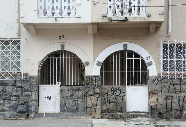 Detalhe de duas residências na rua Raul Pompeia (clique para ampliar).