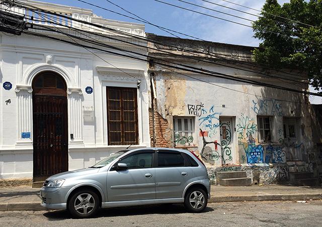 Vista do imóvel e seu vizinho antigo (clique na foto para ampliar)