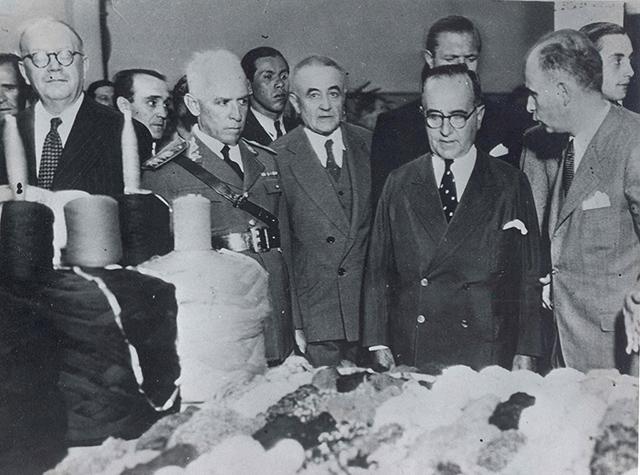 Getúlio Vargas e assessores visitam instalações da Bunge em São Paulo (clique para ampliar).