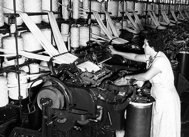 Operária trabalha em tecelagem (clique na foto para ampliar)