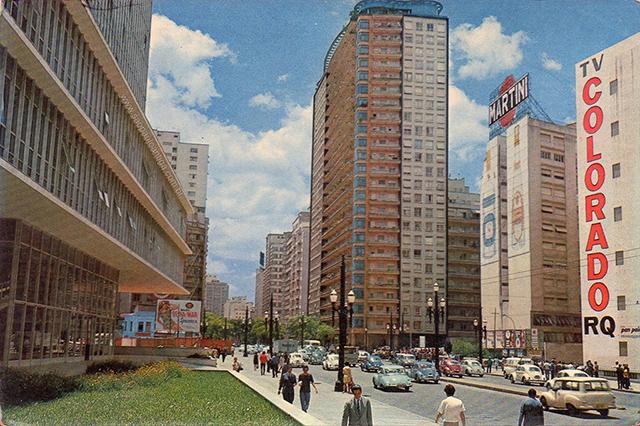 No centro da foto, o Edifício Planalto