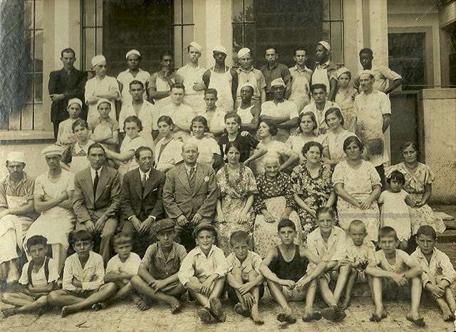 Nicola Infante (centro) junto de familiares e funcionários da Bela Vista em 1934