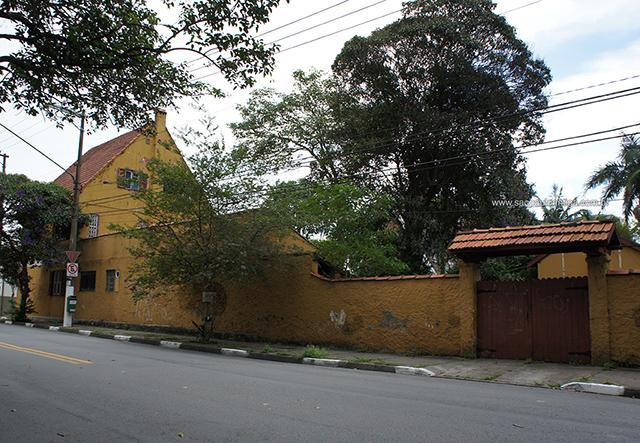 Lateral da casa na rua (clique para ampliar)