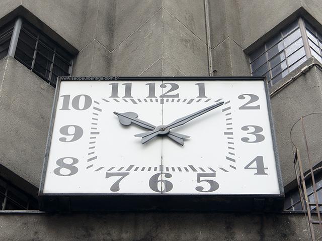 O relógio antes de ser pichado (clique na foto para ampliar)