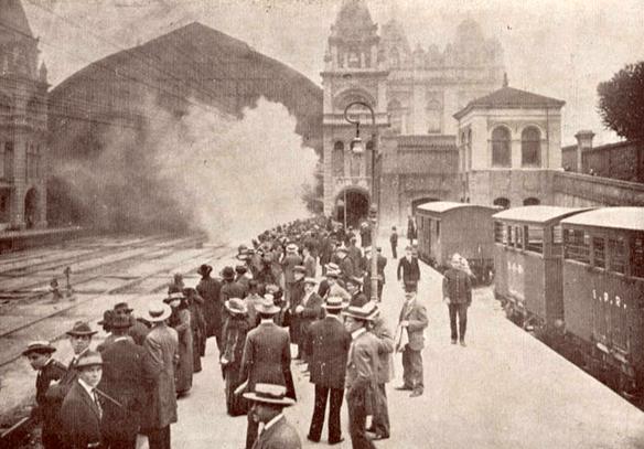 Paulistanos de chapéu na cabeça aguardam trem na Estação da Luz (1914)