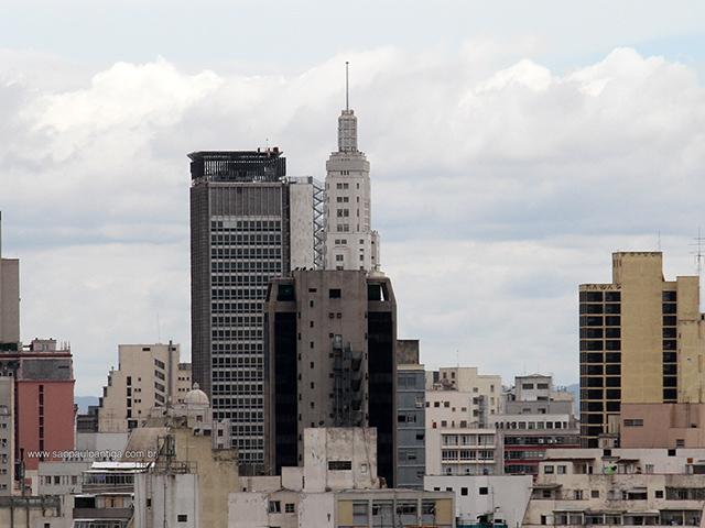 Na foto, edifício Altino Arantes sem sua bandeira (clique na foto para ampliar)