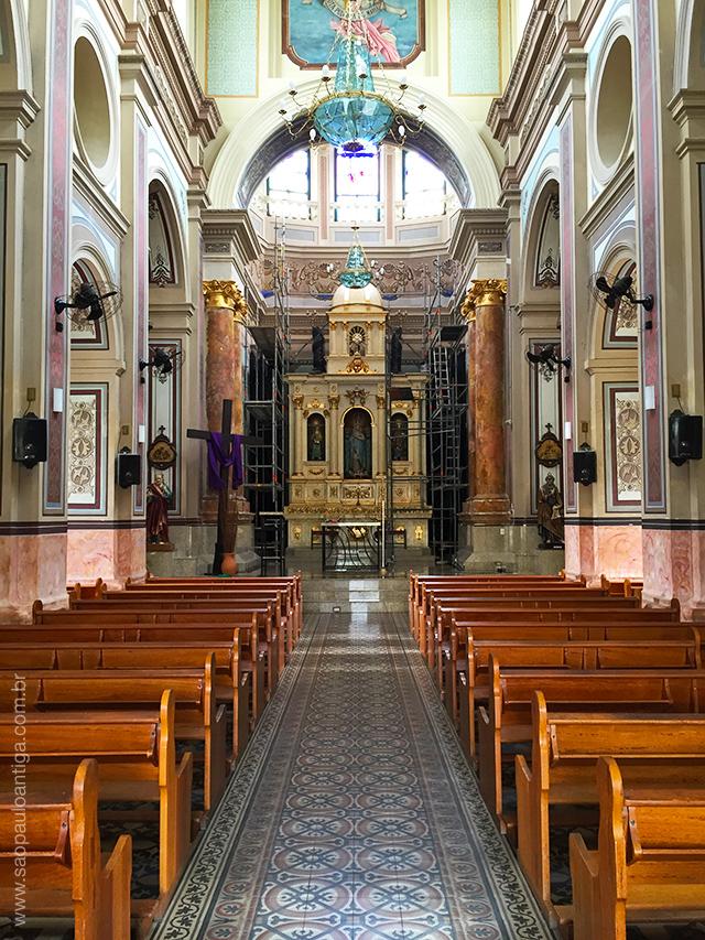 Vista parcial do interior da igreja, já sem os andaimes