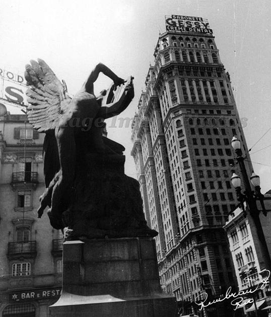O monumento em meados da década de 40.