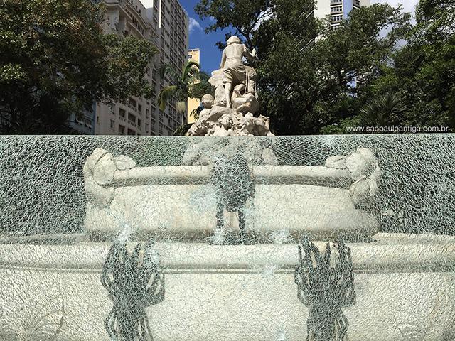 Vidro estilhaçado na Fonte Monumental (clique para ampliar)