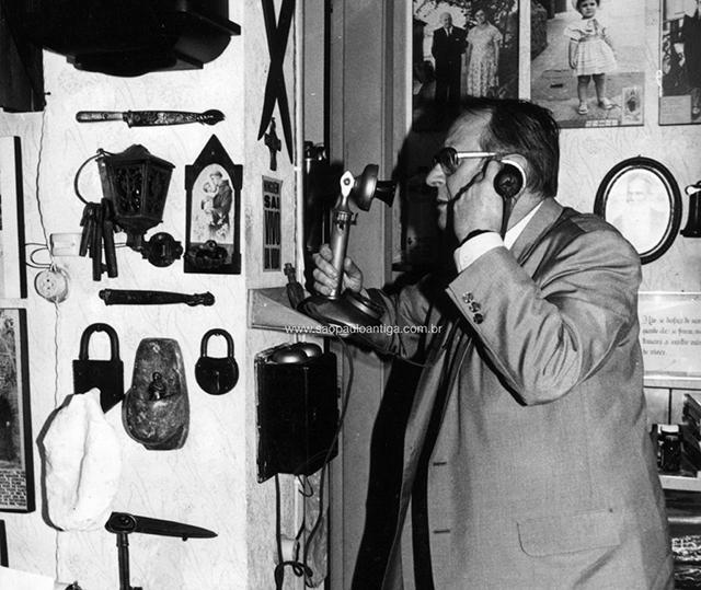 Dr. Milton Bednarski em seu escritório, início dos anos 1980 (clique para ampliar)