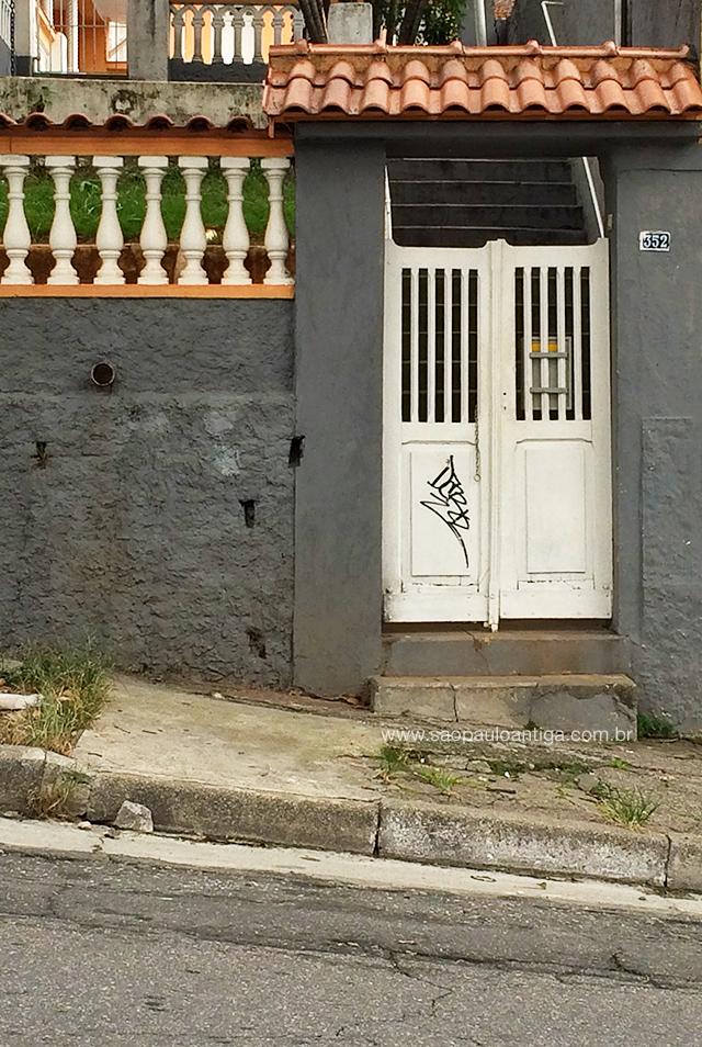 Na foto, o lindo portão de madeira e seu telhadinho
