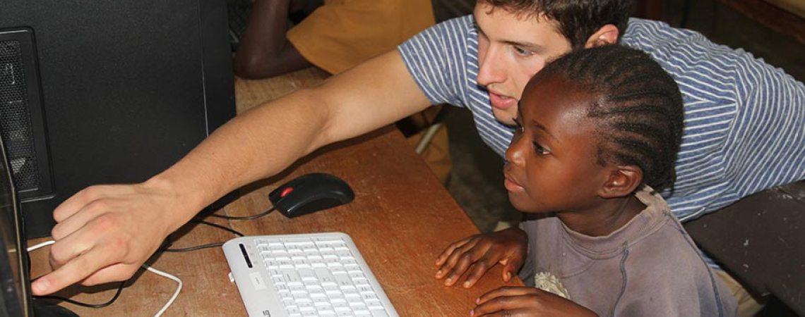 Jérôme du l'association Projet PC2 faisant de initiation à l'informatique