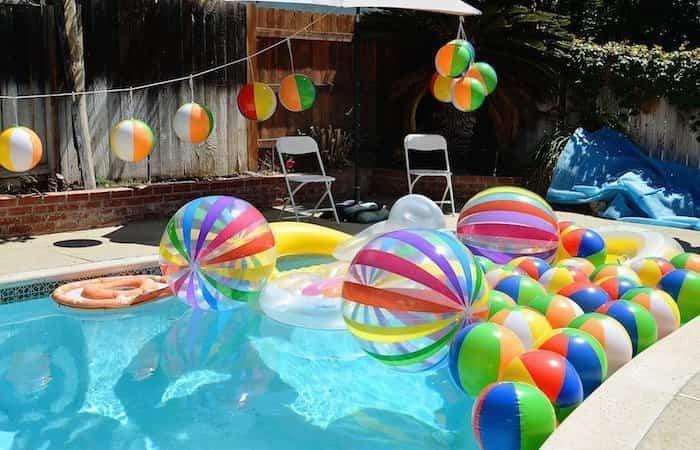 decoración para fiesta en la piscina