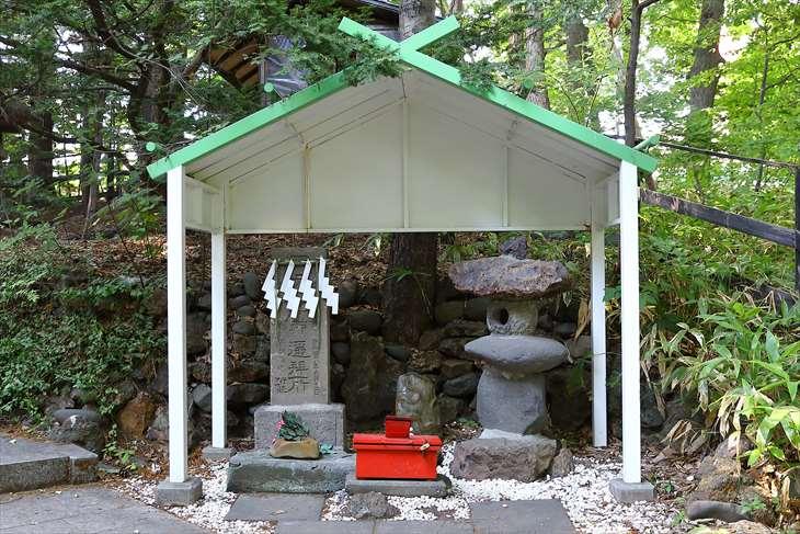 白石神社 石碑と石灯籠