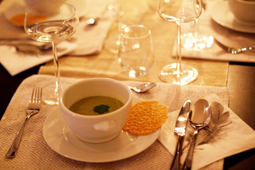 grön ärtsoppa med parmesanchips